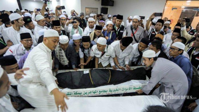 Jamaah bersiap menyalatkan jenazah almarhum KH Maimoen Zubaer di Kantor Urusan Haji Indonesi (KUHI) Daker Makkah, Selasa (6/8/2019). Salat jenazah juga akan dilaksanakan di Masjidil Haram saat salat dhuhur dan rencananya akan dimakamkan di pemakaman Ma'la, Makkah. Tribunnews/HO/Bahauddin/MCH2019