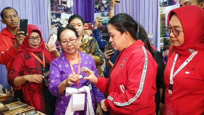 Ketua DPP PDIP Bidang Politik dan Keamanan Puan Maharani saat mengicipi produk pangan di pameran rempah-rempah Rakernas I PDIP, di JIExpo, Kemayoran, Jakarta, Sabtu (11/1/2020).