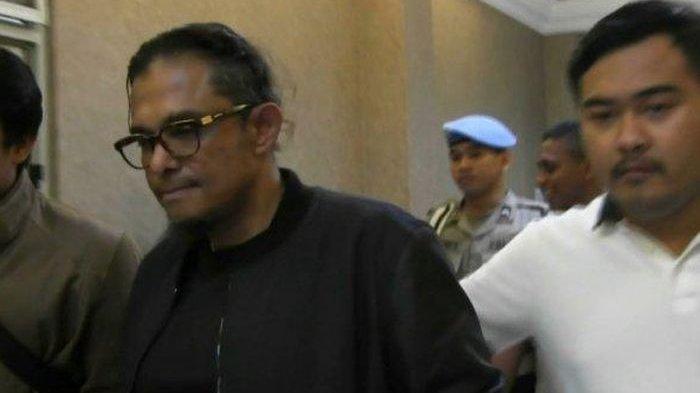 Abdul Malik (berjaket hitam), pengemudi Lamborghini Gallardo ditetapkan sebagai tersangka penodongan dan penembakan pistol di Kemang