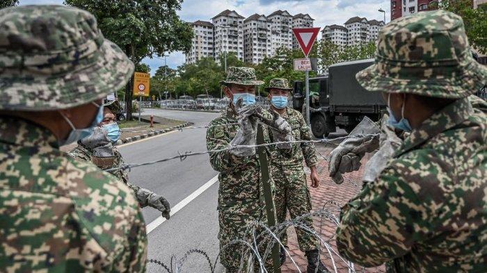 Tentara di Malaysia memasang pagar kawat dekat gedung apartemen setelah otoritas setempat memberlakukan lockdown atau Malaysia Control Order (MCO) untuk mencegah penyebaran virus corona Covid-19.