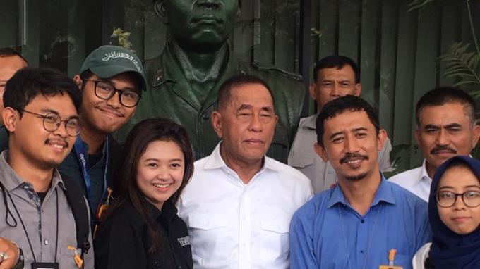 Ryamizard Ryacudu berfoto bersama awak media usai menyampaikan pidato perpisahan kepada pegawai di lingkungan Kantor Kemhan, Jalan Medan Merdeka Barat, Jakarta Pusat, Rabu (23/10/2019).