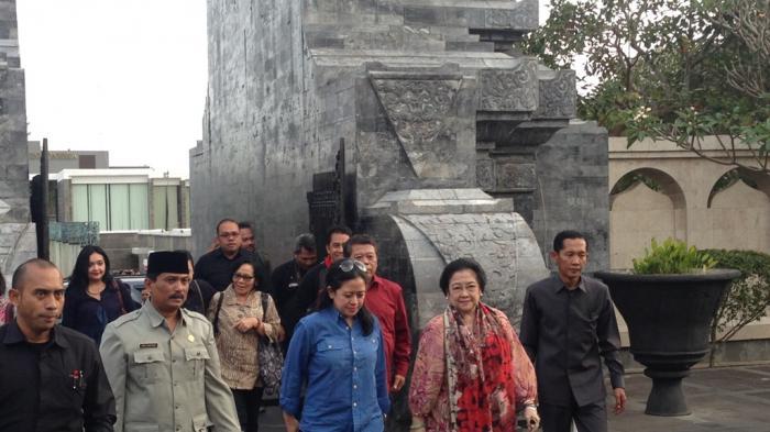 Megawati Cipika-cipiki dengan Nenek Penjual Bunga di Makam Bung Karno