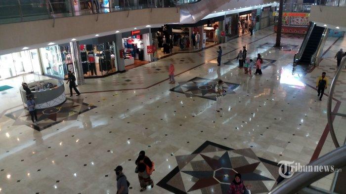 Setelah hampir tiga bulan tutup, Mega Mall Bekasi, Bekasi Selatan, Jawa Barat, kembali beroperasi, Senin (8/6/2020). Tampak beberapa pengunjung mulai berdatangan untuk membeli kebutuhan yang diinginkan dengan tetap menjaga jarak dan mematuhi protokol kesehatan. Warta Kota/Angga Bhagya Nugraha