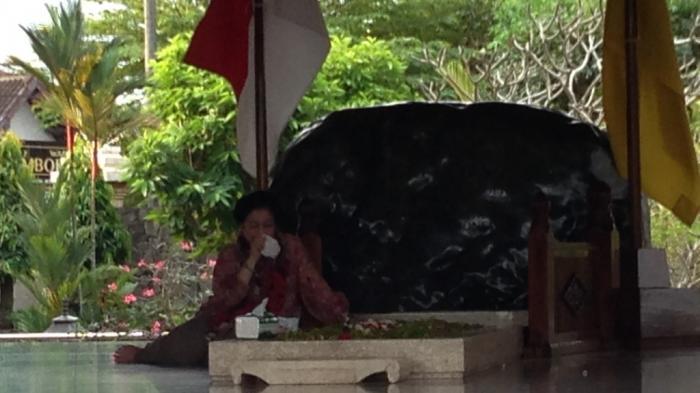 Duduk di Pusara Ayahnya, Megawati Meneteskan Air Mata