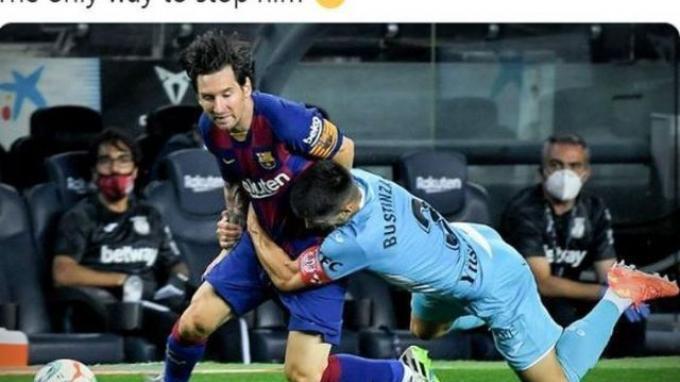 Megabintang Barcelona, Lionel Messi, menjadi trending topic dunia di Twitter usai dipeluk kapten Leganes saat sedang berlari hingga dirinya jatuh.