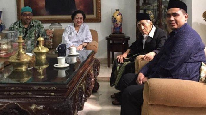 Ketua Umum DPP PDI Perjuangan Megawati Soekarnoputri menerima kedatangan Mbah Maimoen Zubair, ulama sepuh Nahdlatul Ulama (NU)