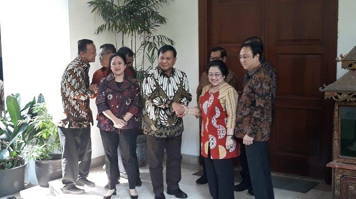 Ketua Umum PDI Perjuangan Megawati Soekarnoputri terlihat menyambut kedatangan Ketua Umum Prabowo Subianto di kediamannya di Jalan Teuku Umar, Menteng, Jakarta Pusat, Rabu  (24/7/2019) siang
