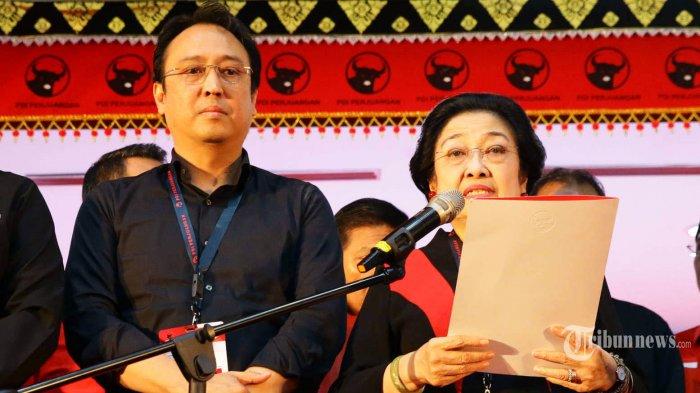 Ketua Umum PDI Perjuangan Megawati Soekarnoputri (kanan) bersama Ketua DPP PDIP bidang UMKM, Ekonomi Kreatif, dan Ekonomi Digital Prananda Prabowo (kiri) saat penutupan Kongres V PDI Perjuangan di Sanur, Denpasar, Bali, Sabtu (10/8/2019). Agenda Kongres V PDI Perjuangan yang bertema Solid Bergerak untuk Indonesia Raya telah ditutup secara resmi pada hari ini. Megawati selaku ketua umum terpilih secara khusus menugaskan Prananda Prabowo sebagai Ketua Pusat Analisa dan dan Pengendali Situasi Partai untuk memastikan hasil kongres V PDIP dijalankan dengan baik. TRIBUNNEWS/HO