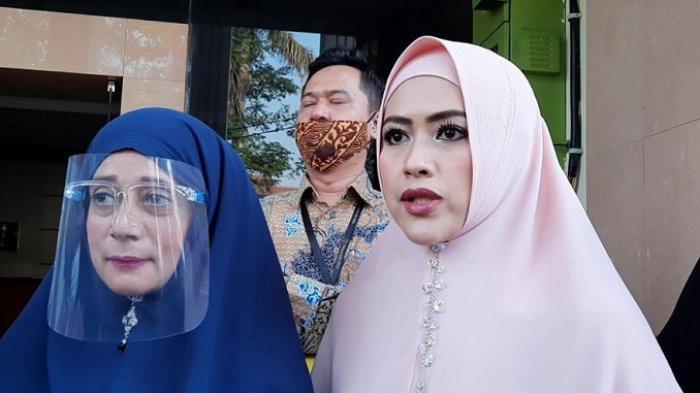Meggy Wulandari (kanan) ditemani kuasa hukumnya, Soraya (kiri) saat menjalani sidang di Pengadilan Agama Cibinong, Kabupaten Bogor, Senin (29/6/2020).