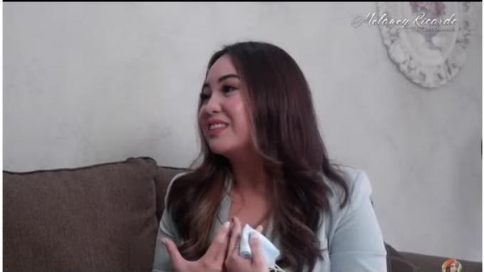 Melaney meminta tanggapan Angel tentang berita Amanda sudah pernah menikah.