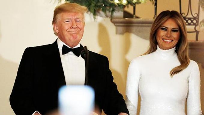 Melania Trump tampil menawan saat mendampingi sang suami, Presiden Amerika Serikat (AS) Donald Trump yang menjadi tuan rumah dalam Congressional Ball, di Gedung Putih, Washington, Amerika Serikat, 15 Desember 2018.