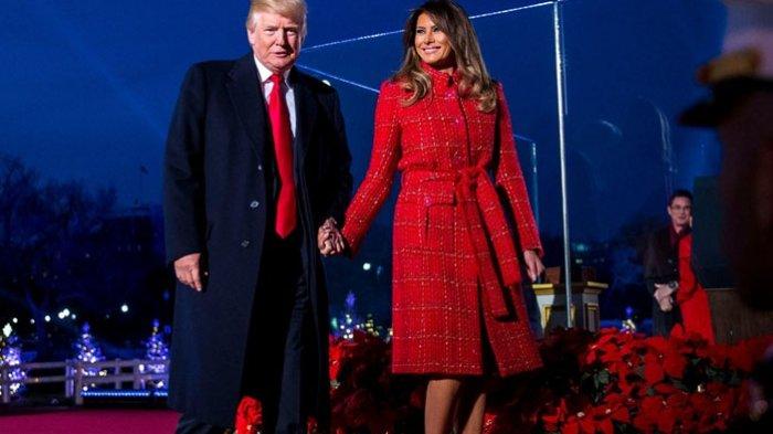 Melania Trump Kenakan Koleksi Chanel untuk Terangi Pohon Natal Nasional Amerika