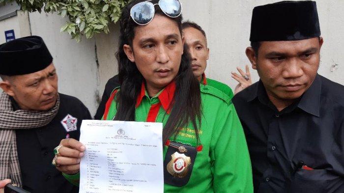 Firdaus Oiwobo (baju hijau) dan Ustad Ruhimat (kiri) usai melaporkan Atta Halilintar di Polda Metro Jaya, Jakarta Selatan, Rabu (13/11/2019).