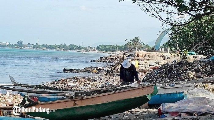 Nelayan Padang Urung Melaut Gara-gara Diterpa Angin Langkisau dan Tumpukan Sampah