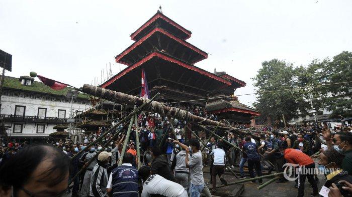 Umat ??Hindu mengangkat Lingo, sebuah tiang kayu, pada hari pertama festival Indra Jatra, yang merayakan Indra, raja para dewa dan dewa hujan, di Kathmandu pada 18 September 2021. AFP/PRAKASH MATHEMA