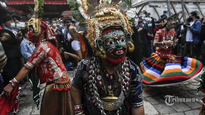 Penari topeng tradisional tampil pada hari pertama festival Indra Jatra, yang merayakan Indra, raja para dewa dan dewa hujan, di Kathmandu pada 18 September 2021. AFP/PRAKASH MATHEMA