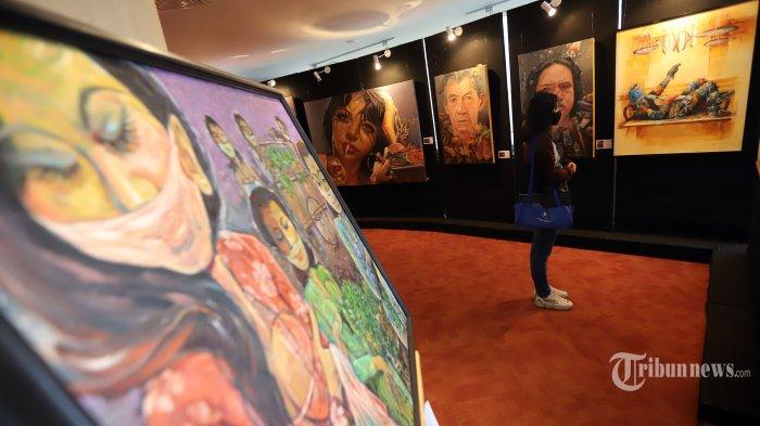 Pengunjung saat melihat-lihat pameran seni rupa InterCov-19 dengan mengangkat tema Creative Freedom to The Heal the Nation (Artists Respond To Pandemic) di Perpustakaan Nasional, Jakarta Pusat, Kamis (15/10/2020). Pameran ini diikuti kurang lebih 200 karya seni meliputi hasil seni lukis, seni grafis, dan seni patung, foto digital dan lain-lain. Pameran ini merupakan bentuk dukungan Perpusnas untuk mendukung langkah seniman agar kembali bangkit akibat terdampak pandemi virus corona (Covid-19) dengan tetap menghasilkan suatu karya yang memberikan pesan moral positif. Tribunnews/Jeprima