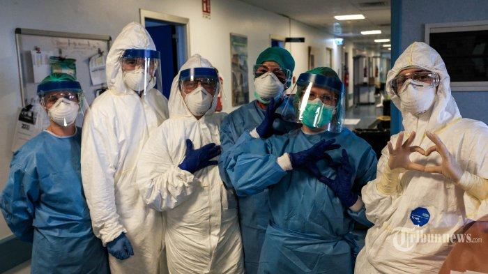 Sejumlah tenaga medis berfoto bersama di RS Cremona, Lombardy, tenggara Milan, Jumat (13/3/2020). Italia adalah negara dengan tingkat pandemi virus corona tertinggi di dunia mengalahkan Cina, dengan jumlah kasus positif di atas 85 ribu jiwa dan lebih dari 9 ribu orang meninggal dunia hingga 29 Maret 2020. Ganasnya penyebaran Covid-19 di Italia membuat tenaga medis yang terbatas mulai kewalahan. AFP/PAOLO MIRANDA