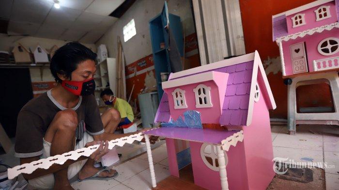 Pekerja menyelesaikan pembuatan rumah boneka Barbie yang dijual dengan harga Rp 450 ribu hingga Rp 3 juta tergantung ukuran di workshop Rumah Barbie, di kawasan Pasar Minggu, Jakarta Selatan, Jumat (30/7/2020). Pemerintah akan memberikan Bantuan Langsung Tunai (BLT) sebesar Rp 2,4 juta bagi masyarakat yang terdampak pandemi virus corona (Covid-19). Adapun target penerima bantuan ini adalah 12 juta pelaku usaha ultra mikro hingga usaha mikro, kecil, dan menengah (UMKM).