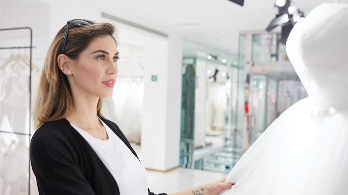 Mellissa Satta melihat contoh gaun pengantin di butik gaun pengantin