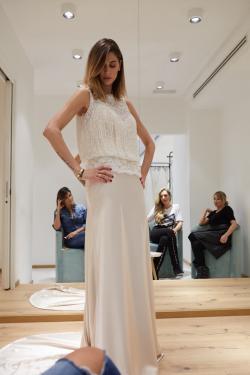 Mellissa Satta mencoba salah satu gaun pengantin di butik gaun pengantin