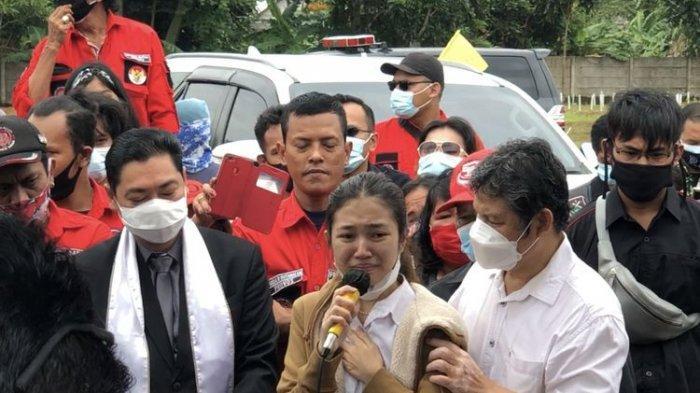 Melitha Sidabutar menangis di atas liang lahat Melisha Sidabutar, saudara kembarnya, di TPU Pedurenan, kawasan Mustika, Bekasi, Bekasi Jawa Barat, Kamis (10/12/2020). (KOMPAS.com/Revi C Rantung )