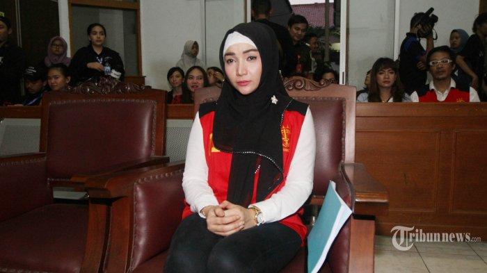Roro Fitria berpenampilan berbeda dengan mengenakan hijab hitam saat menjalani sidang lanjutan di Pengadilan Negeri (PN) Jakarta Selatan, Rabu (17/10/2018). Semenjak meninggalnya sang ibunda, Roro Fitria selalu mengenakan hijab dan masih terlihat berduka. Roro Fitria menjalani sidang lanjutan dengan agenda pembacaan duplik terkait kasus dugaan penyalahgunaan narkotika. TRIBUNNEWS/HERUDIN