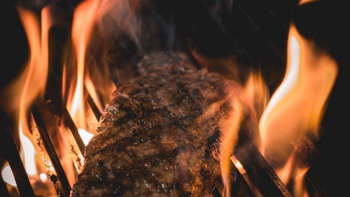Memanggang daging steak