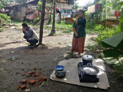 Rumah Hancur Diterjang Angin Puting Belung, Dewi Masak di Luar Rumah