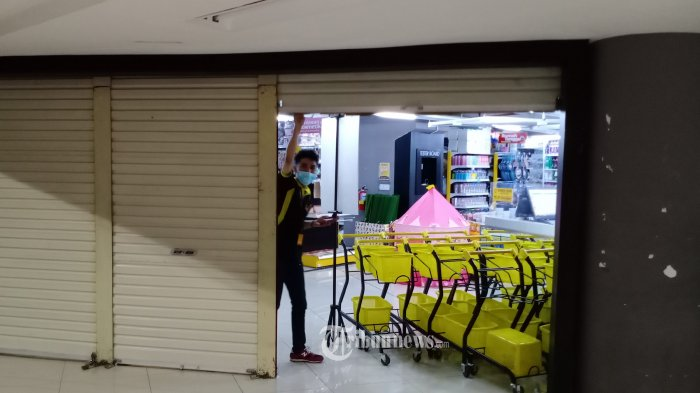 PERSIAPAN NEW NORMAL - Sejumlah karyawan sedang membereskan counter mereka setelah dua bulan lebih tutup karena Pandemi Covid-19 di ITC Cempaka Mas, Kemayoran, Jakarta Pusat,Kamis (28/5/2020). Mereka mempersiapkan tepat usaha mereka memasuki New Normal yang rencananya Mall di buka pada tanggal 5  Juni. WARTA KOTA/HENRY LOPULALAN