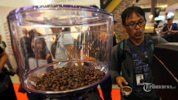 Pengunjung membuat kopi menggunakan mesin espresso Nuova Simonelli Appia Compact V di Jakarta, Rabu (24/7/2019). Penjualan mesin kopi di Indonesia terus merangkak seiring dengan budaya minum kopi susu yang semakin meluas. TRIBUNNEWS/DANY PERMANA