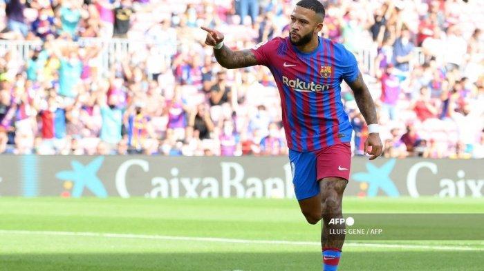 Pemain depan Barcelona, ??Memphis Depay, merayakan setelah melakukan tendangan penalti dan mencetak gol pembuka selama pertandingan sepak bola Liga Spanyol antara FC Barcelona dan Levante UD di stadion Camp Nou di Barcelona pada 26 September 2021.