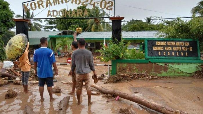 memporakporandakan rumah warga di Waiwerang, Kecamatan Adonara Timur, Kabupaten Flores Timur