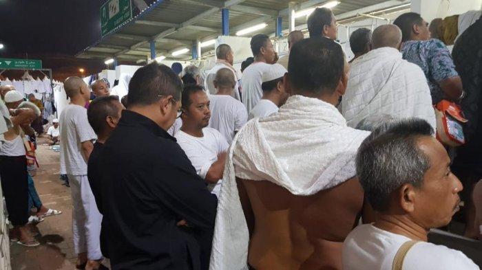 Menteri Agama Lukman Hakim Saifuddin (kemeja hitam) antri bersama jemaah haji di kamar mandi Mina
