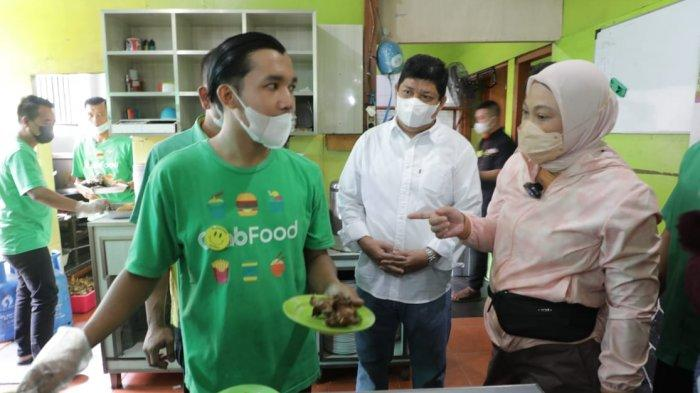 Menaker Ida Sambangi Pekerja Penerima BSU di Bandung