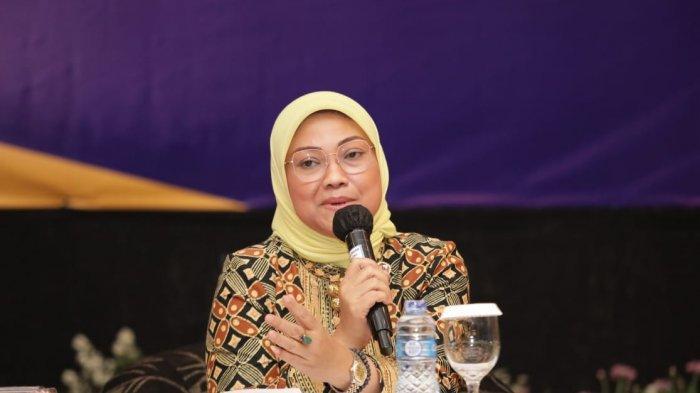 "Menaker Ida saat menyampaikan sambutan pada Kick-Off the Tripartite Meeting ""Pembahasan Peraturan Pelaksana Susbtansi Ketenagakerjaan Undang-Udang Cipta Kerja"" di Jakarta, hari Selasa (20/10/2020)."