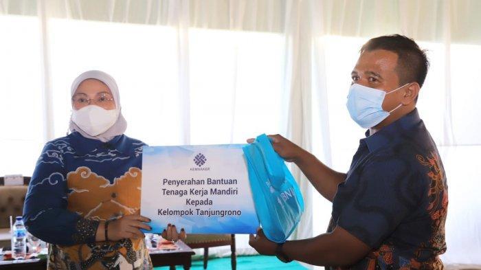 Menaker Ida Serahkan Bantuan TKM Kepada Pelaku Usaha dan PKL di Mojokerto