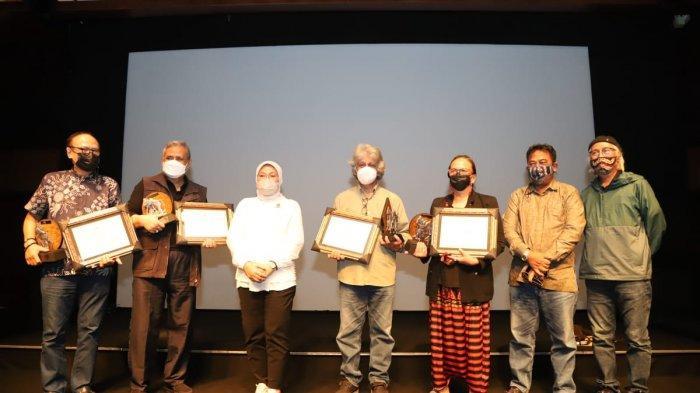 Menaker Ida Beri Penghargaan Life-Time Achievement bagi Sineas Film Indonesia