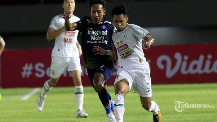 Pemain PSS Sleman, Bagus Nirwanto (kanan) berebut bola dengan pemain Persib Bandung dalam laga leg kedua semifinal Piala Menpora 2021 di Stadion Manahan, Kota Solo, Jawa Tengah, Senin (19/4/2021) malam. Laga berakhir dengan skor 1-1 (0-0), Persib Bandung unggul agregat 3-2 dan lolos ke final menantang Persija Jakarta. Tribun Jabar/Deni Denaswara