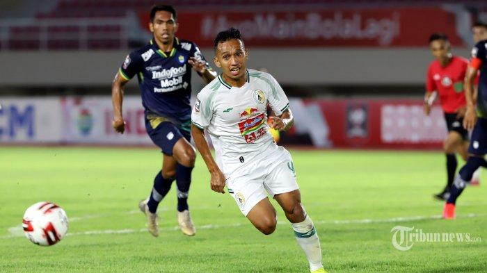 Pemain PSS Sleman, Irfan Jaya mengejar bola saat melawan Persib Bandung dalam laga leg kedua babak semifinal Piala Menpora 2021 di Stadion Manahan, Kota Solo, Jawa Tengah, Senin (19/4/2021) malam. Persib Bandung berhasil melaju ke babak final setelah pada leg kedua ini bermain imbang dengan PSS Sleman dengan skor 1-1 (0-0). Seperti diketahui, pada leg pertama, Persib Bandung berhasil mengalahkan PSS Sleman dengan skor 2-1. Tribunnews/Jeprima
