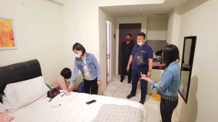 Proses penangkapan tersangka pencurian barang berharga yang dilakukan menantu terhadap mertuanya oleh Satreskrim Tanggamus di apartemen mewah di kawasan Malioboro City, Yogyakarta.