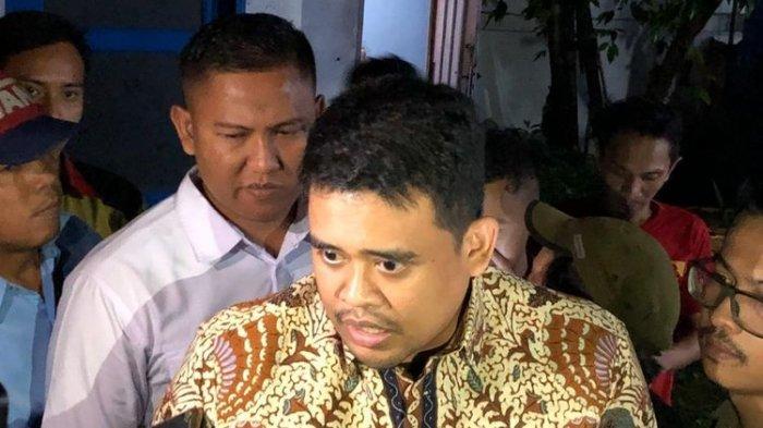 Menantu Presiden Jokowi, Bobby Afif Nasution membantah bahwa dirinya tengah membangun politik dinasti, dengan maju pada Pilkada Medan 2020. Hal itu disampaikan Bobby di sela-sela nobar di warkop jurnalis Medan, Selasa (10/12/2019) malam.
