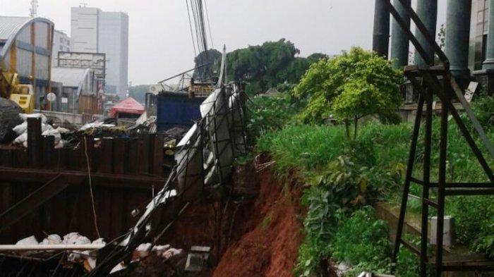Adhi Karya Bantah Tiang LRT Bikin Ambles di Depan Menara Saidah