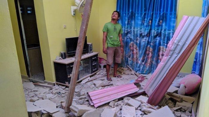 Menara Telekomunikasi milik roboh dan menghantam rumah warga yang berada di Jalan Nangnung RT 04 Sungailiat, Senin (15/7/2019) 01.30 WIB. Bangka Pos/Riki