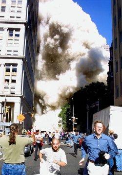 (FILES) Dalam file foto yang diambil pada 11 September 2001, pejalan kaki lari dari tempat kejadian saat salah satu menara World Trade Center runtuh di New York City.