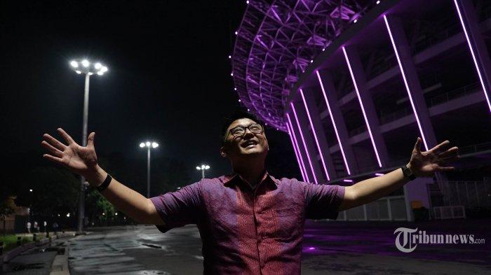 Arsitek yang juga pendiri Urban+ Sibarani Sofian berbincang mengenai konsep Ibu Kota Negara masa depan saat melakukan sesi wawancara dengan Tribun Network, di Satdion Utama Gelora Bung Karno, Jakarta, Senin (23/12/2019). Urban+ yang dipimpin Sibarani Sofian terpilih sebagai pemenang sayembara desain Ibu Kota Negara (IKN) baru di Kalimantan Timur. TRIBUNNEWS/DANY PERMANA