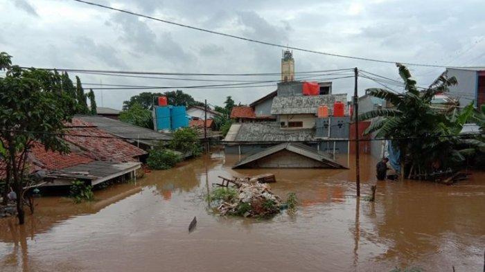 Kelurahan Cipinang Melayu, Kecamatan Makasar sudah terendam banjir sedalam lebih kurang 3 meter sejak dini hari, Jakarta, Selasa (25/2/2020). Banjir besar hingga ketinggian air mencapai atap rumah warga.