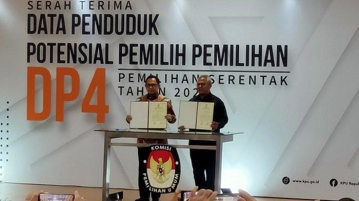 Penyerahan DP4 Pilkada Serentak 2020 dari Kemendagri kepada KPU RI, di Kantor KPU RI, Menteng, Jakarta Pusat, Kamis (23/1/2020)