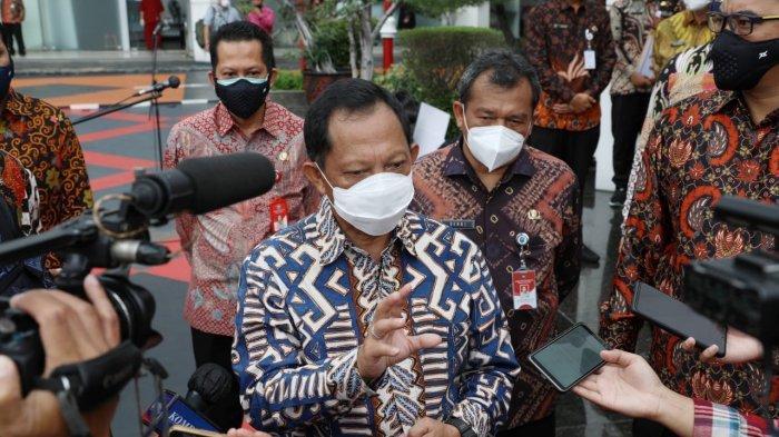 Mendagri Tito Karnavian pada konferensi pers usai Penyerahan Mobile PCR di kantor Kemendagri, Jakarta, Jumat (8/1/2021).