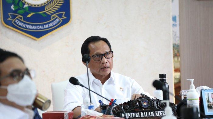 Menteri Dalam Negeri (Mendagri) Muhammad Tito Karnavian saat berada di kantor Kemendagri, Senin (30/11/2020).